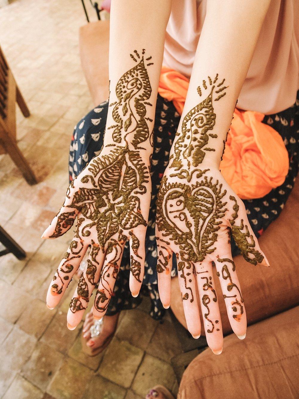 ヘナタトゥー - これは一緒に旅した友人がどうしてもしてみたかったこと。ヘナタトゥーとは手足に、ヘナでタトゥーのように行うボディペイントです。ヘナは1~2週間ほどで自然と消えます。モロッコの女性は、おしゃれや魔除けの意味を込めて、結婚式など特別な日は必ず行うそう。今回は宿のドミニクさんにお願いしてヘナタトゥーの方を呼んでいただきました。街中でやると、ヘナの質でかぶれてしまったり、肌に合わないこともあるので、専門の方を呼んでもらうことをオススメします。書いてくれたお母さんと相談しながらゆっくり1時間半ほど。魅惑の模様が出来上がりました。
