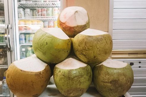 フレッシュココナッツ - 町のいたるところで販売している生のココナッツジュース。フレッシュジュースも簡単に手に入れることができるので、是非たくさん飲んでみてください!