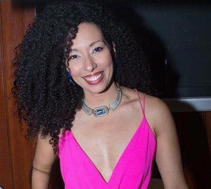 Ruby Dávila-Rendón - Además de su desempeño como diseñadora de joyería, Ruby Dávila-Rendón está certificada por un BBA en Administración de Empresas con especialidad en Mercado y por un MBA en Negocios Internacionales. Es especialista en mercadeo y en la planificación estratégica de negocios en la industria de la moda. Cofundadora de RETAZO, sirve de enlace entre diseñadores y afiliados en el ecosistema de la moda local e internacional.