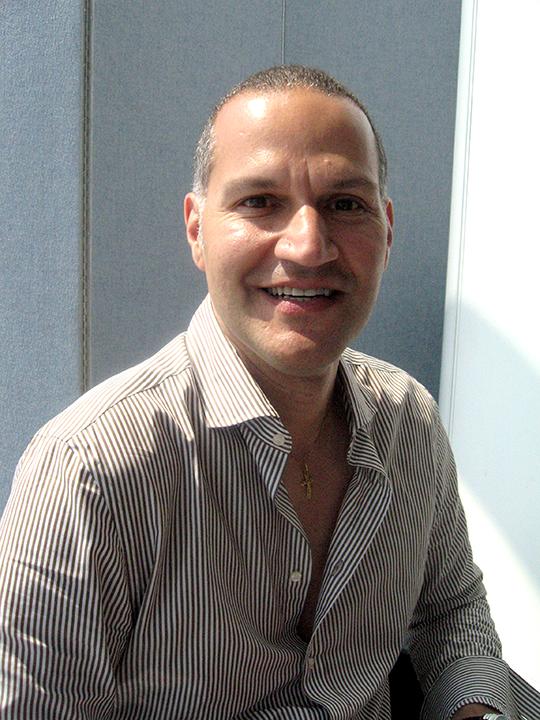 Eric Ramirez - Presidente y profesor del departamento de Diseño Textil en el Fashion Institute of Technology. Eric también diseña estampados para objetos del hogar y otros medios.