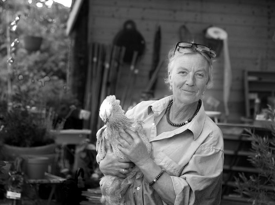 Tina-Marie med höna i Gula Hönans gårdsbutik