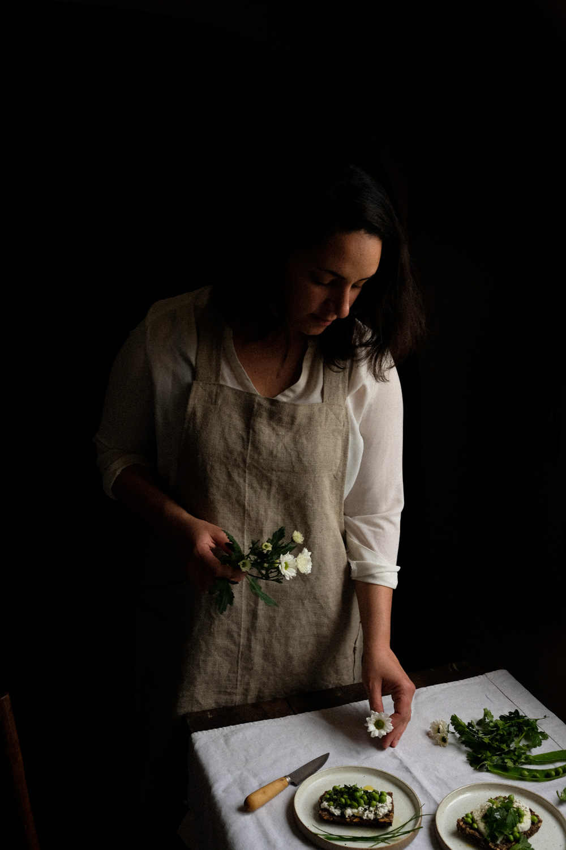 Parcours - Quel est ton parcours et comment s'est initiée l'aventure Ophelie's Kitchen Book, ton blog et compte instagram de recettes, stylisme et photographie culinaire ?L'aventure Ophelie's Kitchen Book est née au Pays Basque en 2011 sous le nom de Lily's Kitchen Book (en 2014 pour des raisons juridiques me dépassant j'ai eu à modifier et j'ai apposé mon prénom plutôt que mon surnom).L'idée du blog m'a été soufflé par une très bonne amie à moi, j'avais quitté la région parisienne pour atterir dans le Sud-Ouest, tout était nouveau pour moi dans cette nouvelle vie. J'avais soif de découvrir, de goûter, tester et de vivre dans cette nouvelle ville, Bayonne.En parallèle, infirmière, j'avais muté dans un hôpital psychiatrique, un univers qui m'était totalement inconnu, j'ai vu l'humain tel que je ne l'aurais imaginé, la violence des pathologies psychiatriques, des souffrances mentales et physiques innommables. J'ai développé un immense sentiment d'impuissance face au gouffre que peuvent ressentir nos patients. J'ai rassuré, porté, soigné, écouté, aidé du mieux que je le pouvais et cela grâce à des équipes exceptionnellement soudées que je voyais comme une grande famille. On se voyait tous beaucoup à l'extérieur, le sud-ouest est un lieu de fête à toutes occasions. « On est bien ensemble » prenait tout son sens là-bas. J'ai appris beaucoup sur moi à cette période, mais il m'était nécessaire et vital de m'évader mentalement de cet univers professionnel très difficile.