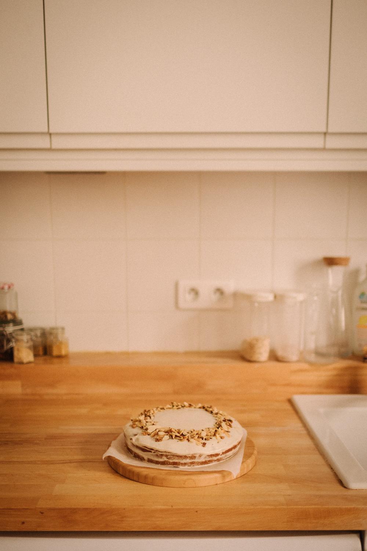 Créativité - Comment trouves-tu l'inspiration pour toutes tes recettes ?J'ai deux sources principales : les réseaux/les livres de cuisine, ce sont les photos qui m'inspirent le plus, elles me donnent des idées pour composer mes plats. J'aime qu'il y ait différentes textures !Et ma deuxième source est la saisonnalité des produits ! Quand je suis en panne d'idée, même pour mes dîners de la semaine, je regarde les petits calendriers de Claire-Sophie Pissenlit et je compose mes menus en fonction de cela.