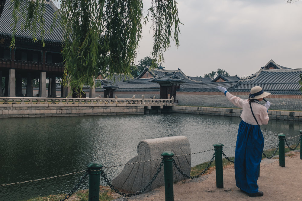 A tour guide explaining the storied history of Korean Palaces in Seoul