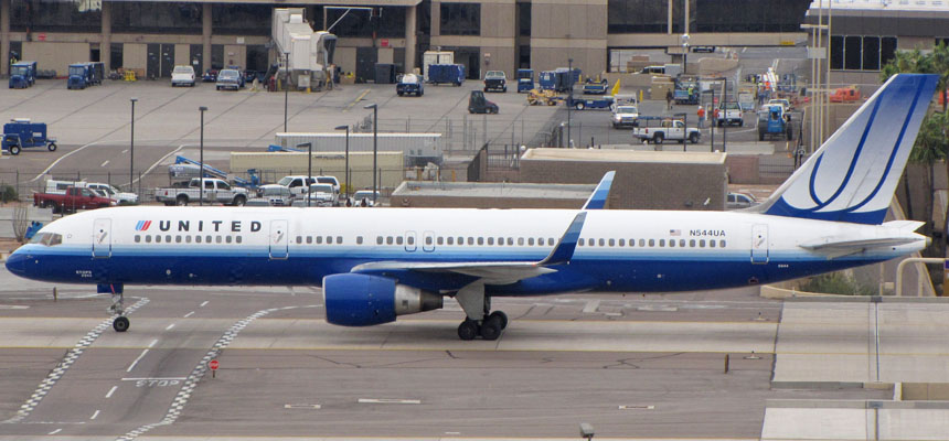 These aging 757-200s are still in service across United's fleet and are weirdly being used for its PREMIUM transcontinental services, photo from http://www.visitingphx.com/