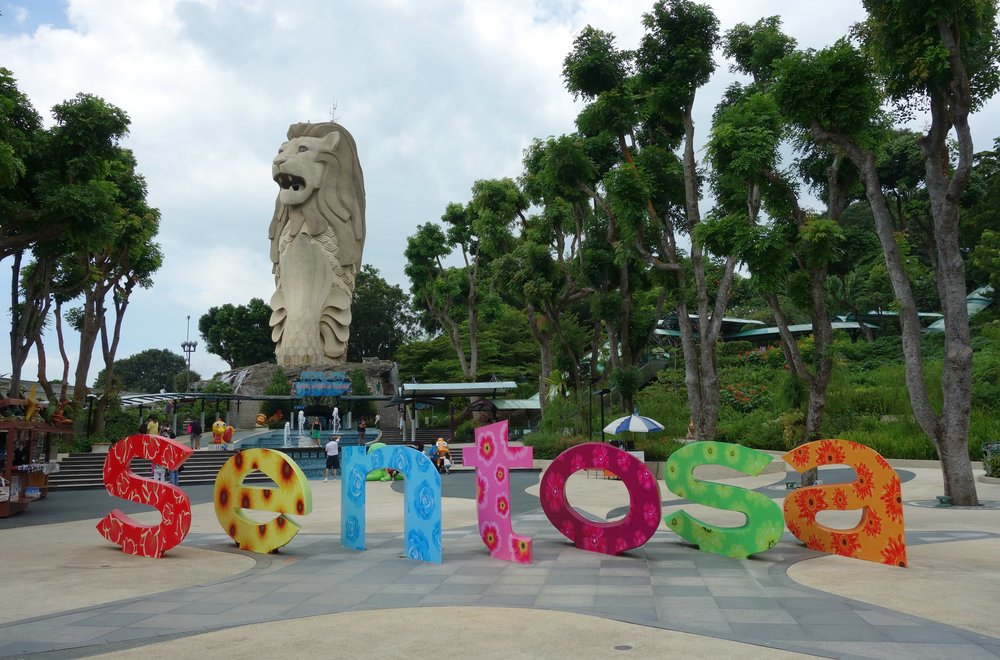 Getting off at Imbiah Station brings you face to face with the island's own Merlion, photo from Wikimedia Commons