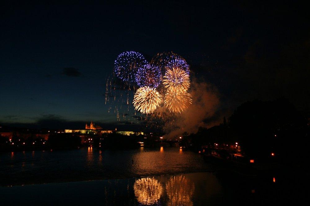 fireworks-500234_1920.jpg