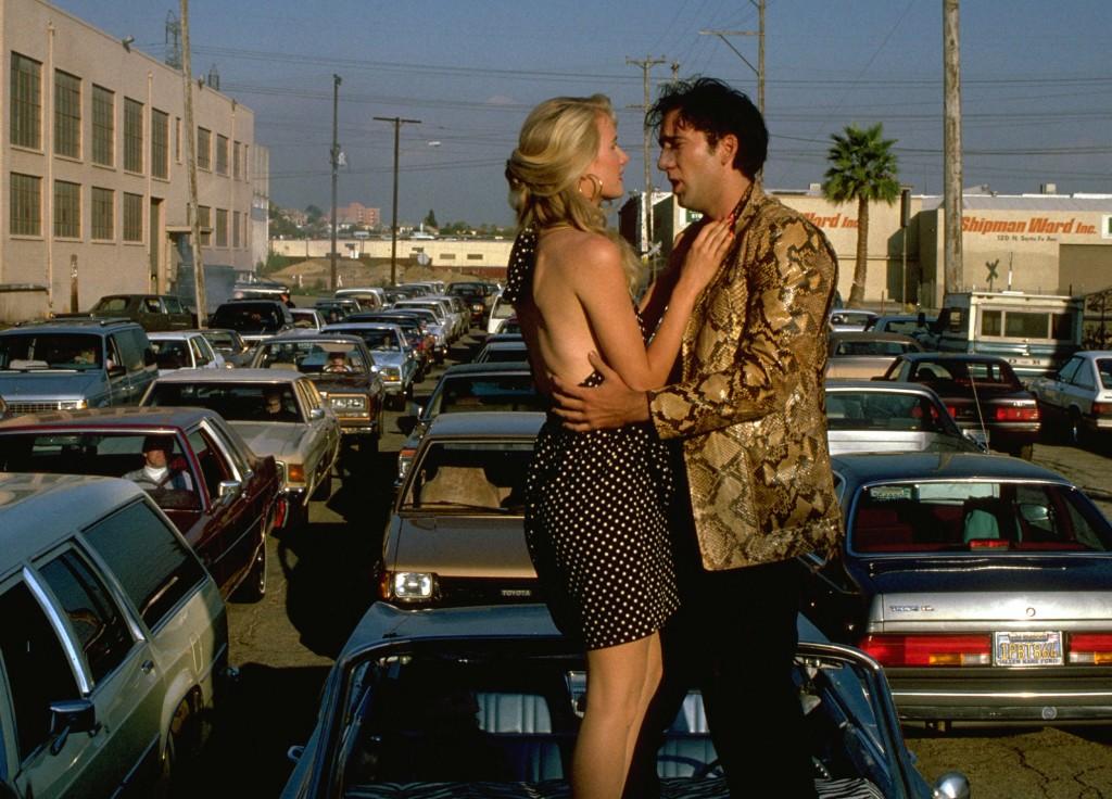 Sailor (Nicolas Cage) serenades Lula (Laura Dern).