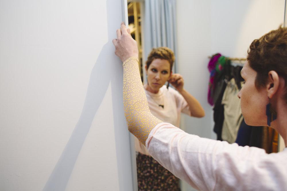 """""""Mijn nieuwe kous is als een juweel. Mensen vragen me niet meer hoe erg het met me is maar spreken me aan over de schoonheid op mijn arm. Het is lang geleden dat ik nog zo graag ben buiten gekomen."""" - - Lisa, 45 Jaar"""