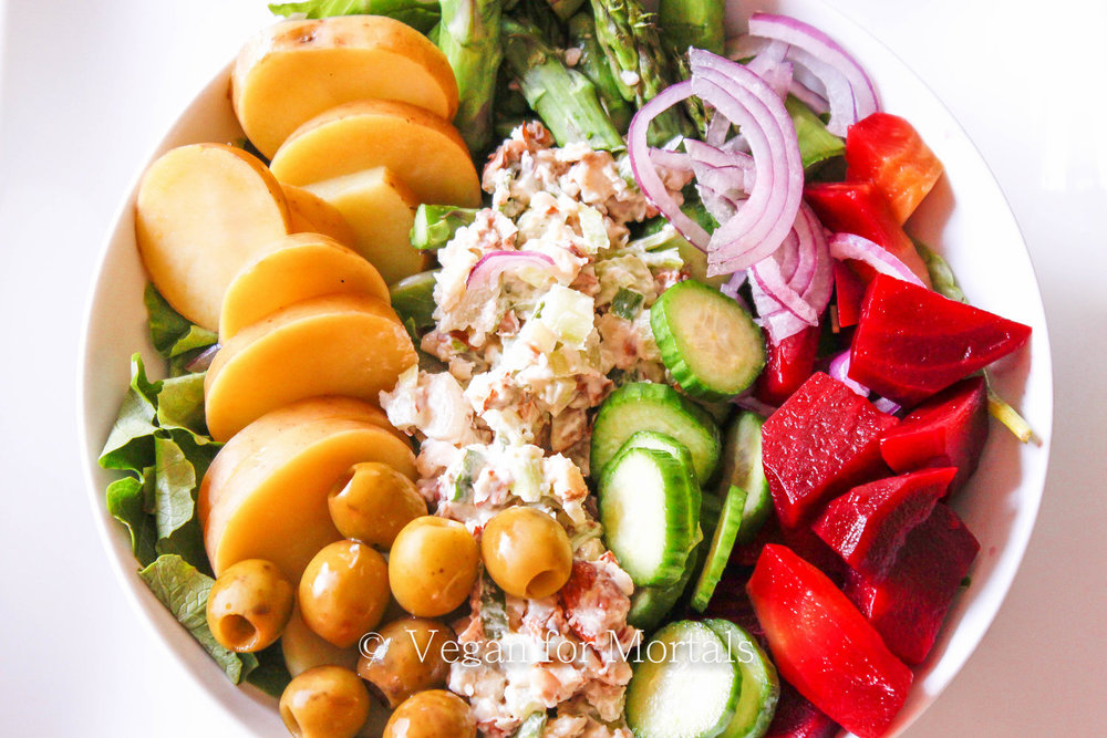 Awesome Almond Salad - Do salads sometimes leave you still wanting something more? Not totally satisfying or filling? Try out my awesome Almond Salad and you'll be full throughout the rest of the day! Its one of my favorite lunch time meals especially during the work week when I barely have time to scarf it down! With minimal prep work you'll be happy you spent the extra 20 minutes getting this salad put together ahead of time!
