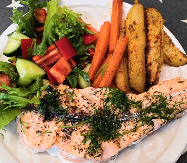 Miltä sun lauantairuoka näyttää? 😍 On kyllä luksusta, että välillä saa istua valmiiseen pöytään ja tietää syövänsä terveellistä ja puhdasta ruokaa 💎 Kiitos äiti ❤️