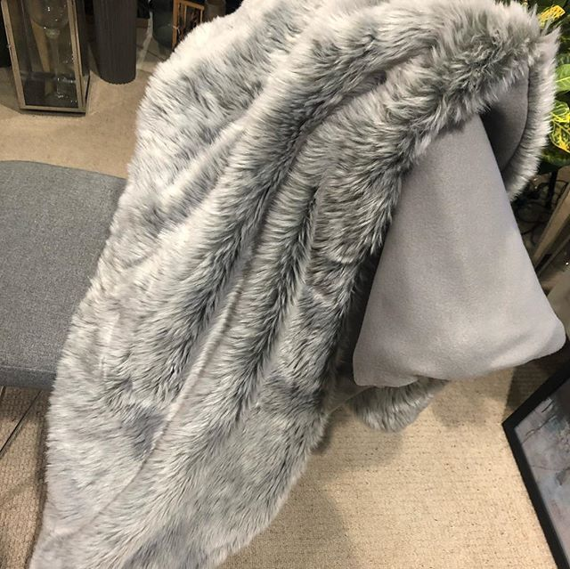 How beautiful are these 😍  Faux fur throws. Four different colours/designs. These are also reversible. Perfect for snuggling under on those cold rainy days 💎
