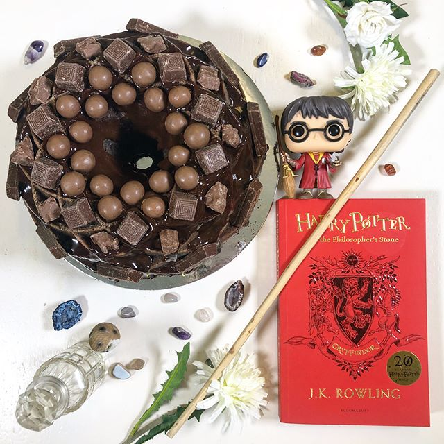 Even though I know I'm 2 days late I still wanted to do a #backtohogwarts post. As a proud Gryffindor and chocoholic I feel this indulgent chocolate bundt cake with shiny ganache is the perfect way to celebrate going back to Hogwarts! Let the school year commence.  #harrypotter #popvinyl #bundtcake #chocoholic #hogwarts #celebrate