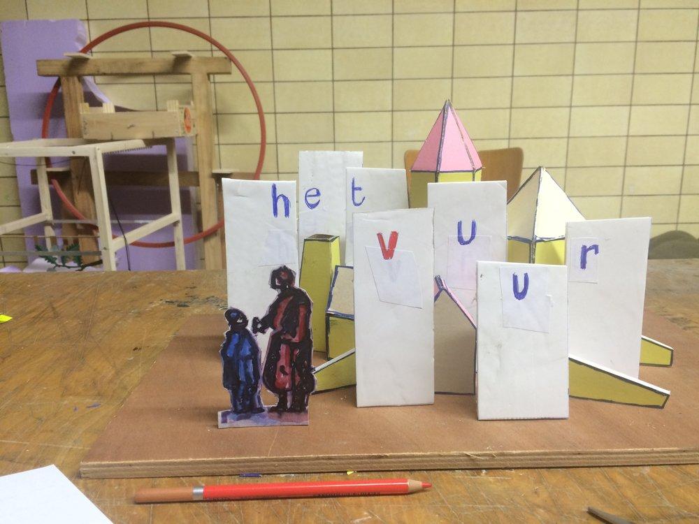 Benjamin Verdonck lijmt deze zondag aan elkaar en toont zijn miniatuurvoorstelling One More Thing. Tijdens elke voorstelling wordt de soundtrack gecreëerd door een plaatselijke muzikant. Zowel Miaux, David Bovee als Bram Devens deden ooit mee. Deze keer is David Edren aan de beurt.