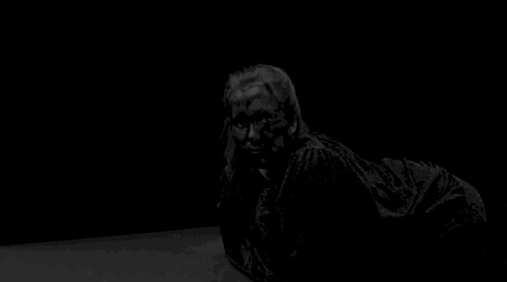 LIEN HUWELS / STUDIES IN BLACK, STUDIES IN WHITE/ PROJECTIE  De beeldtaal die Lien Hüwels hanteert is vol van subtiele referenties naar de film- en kunstgeschiedenis, waardoor de voorgestelde poses nooit leeg, maar vertrouwd lijken. De bewust gekozen armoede in haar beeldtaal – de keuze voor zwart-wit, het lage standpunt van de camera, de povere setting in het algemeen – buigt Lien Hüwels om naar een poëtische melancholie.