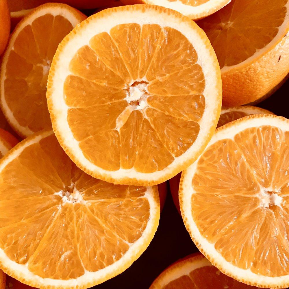 Acqua di Fiori d'Arancio - L'acqua di fiori d'arancio contiene acido alfa idrossilico naturale che pulisce delicatamente ed esfolia, restringe e tonifica la pelle minimizzando i pori.