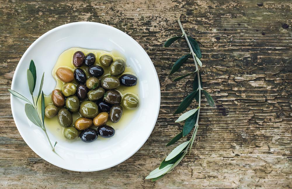 Olio Extravergine d'Oliva - È lenitivo, emolliente, contiene vitamina E antiossidante e squalene, contribuendo ad ammorbidire, proteggere e ammorbidisce la pelle.