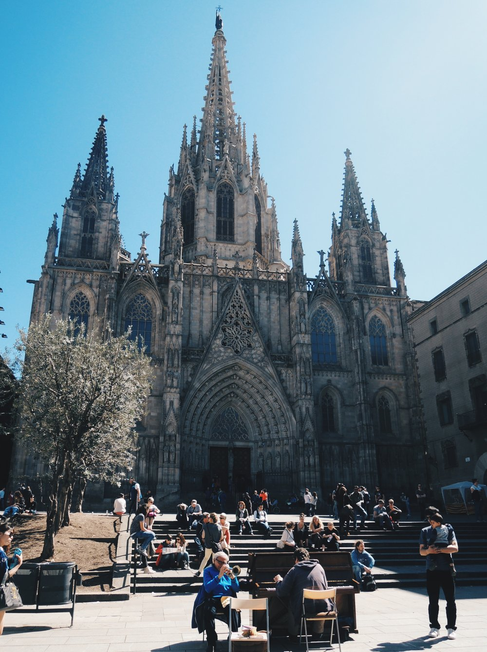 Catedral de Barcelona  and the square just in front of it