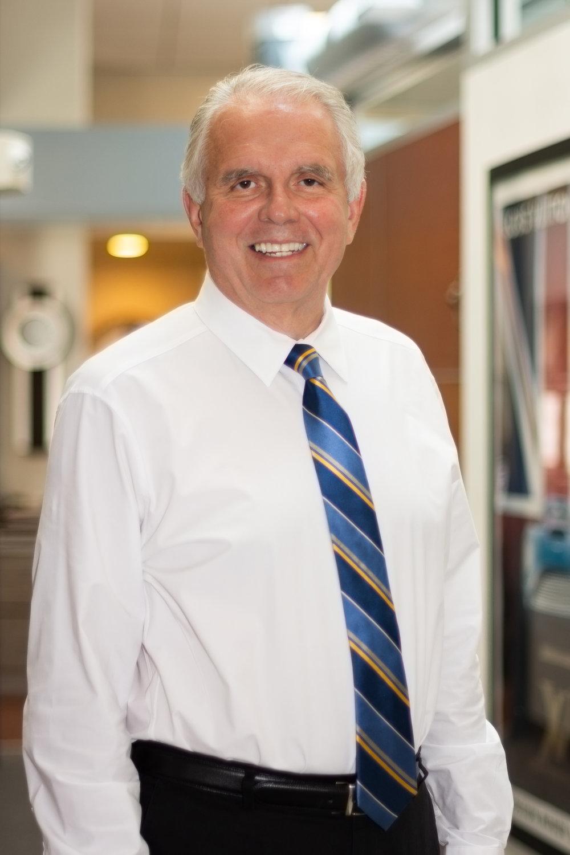 Dr. Omelan Kotsopey - Desde 1981, el Dr. Kotsopey ha practicado la odontología en Trenton NJ, estableciendo raíces profundas dentro de la comunidad. Generaciones de pacientes le han confiado su salud dental. El Dr. Kotsopey se esfuerza por brindar atención personalizada a cada paciente.¿Por qué elegir al Dr. Kotsopey? Pregunta a sus pacientes->