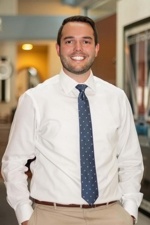 Dr. Peter Kotsopey - El futuro de nuestra práctica se ve brillante con la adición del Dr. Peter Kotsopey, quien se graduó de la Universidad de Medicina Dental Rutgers en Mayo de 2018.Peter espera trabajar junto a su padre, conociendo y tratando pacientes existentes y nuevos por igual.