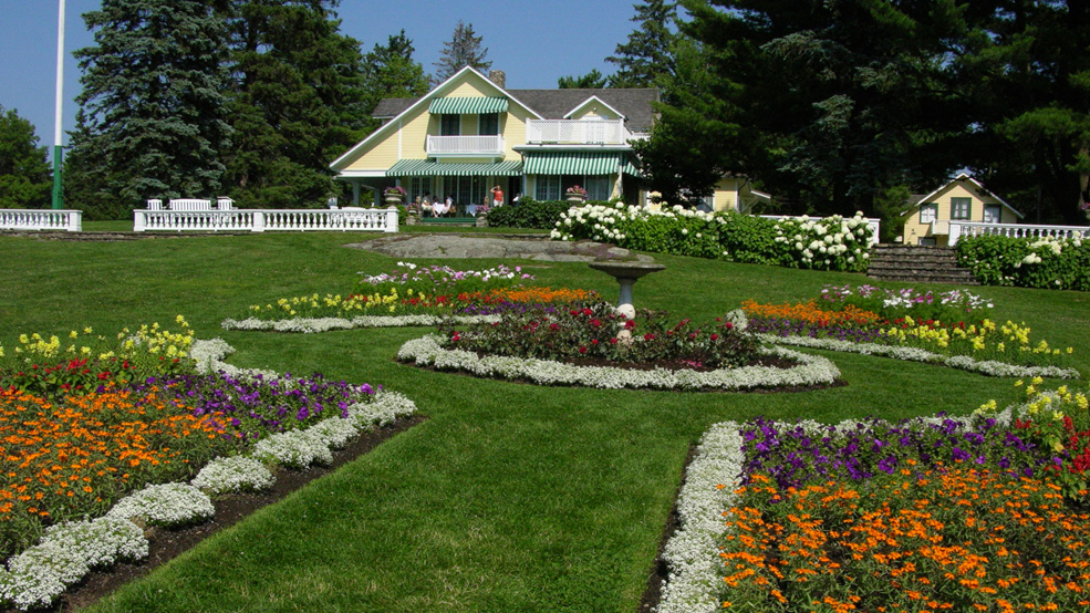 The-gardens-at-MacKenzie-King-Estate1-Les-jardins-au-domaine-Mackenzie-King1.jpg