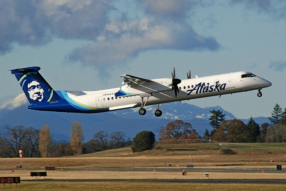 N447QX DHC-8-402 MSN 4364  Tim Martin Photo © Victoria, BC 20-Nov-2017
