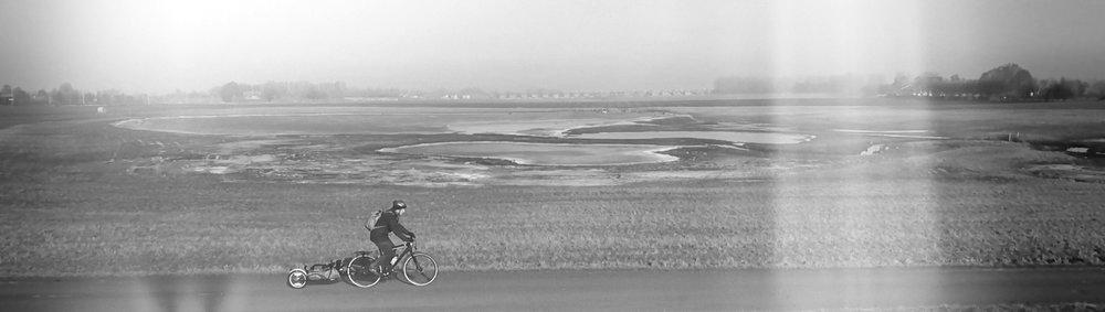 Sidobild på cykel med kärra svartvit M.jpg