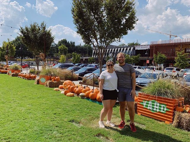 We wanted to do a fall activity but since it was 91 degrees outside we settled for iced coffees and a quick stroll around the @kingofpops pumpkin patch.