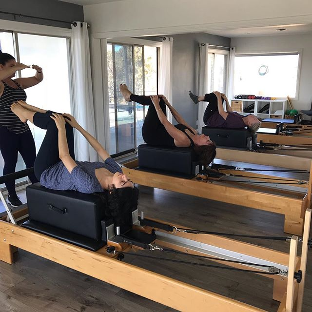 Starting out strong today with some Double Leg Stretch on the box. Join @bobbiegarza at 9 & 10am on T/Th mornings! #pilates #pilatesreformer #cdm #aurapilates #newportbeach #abs #stength