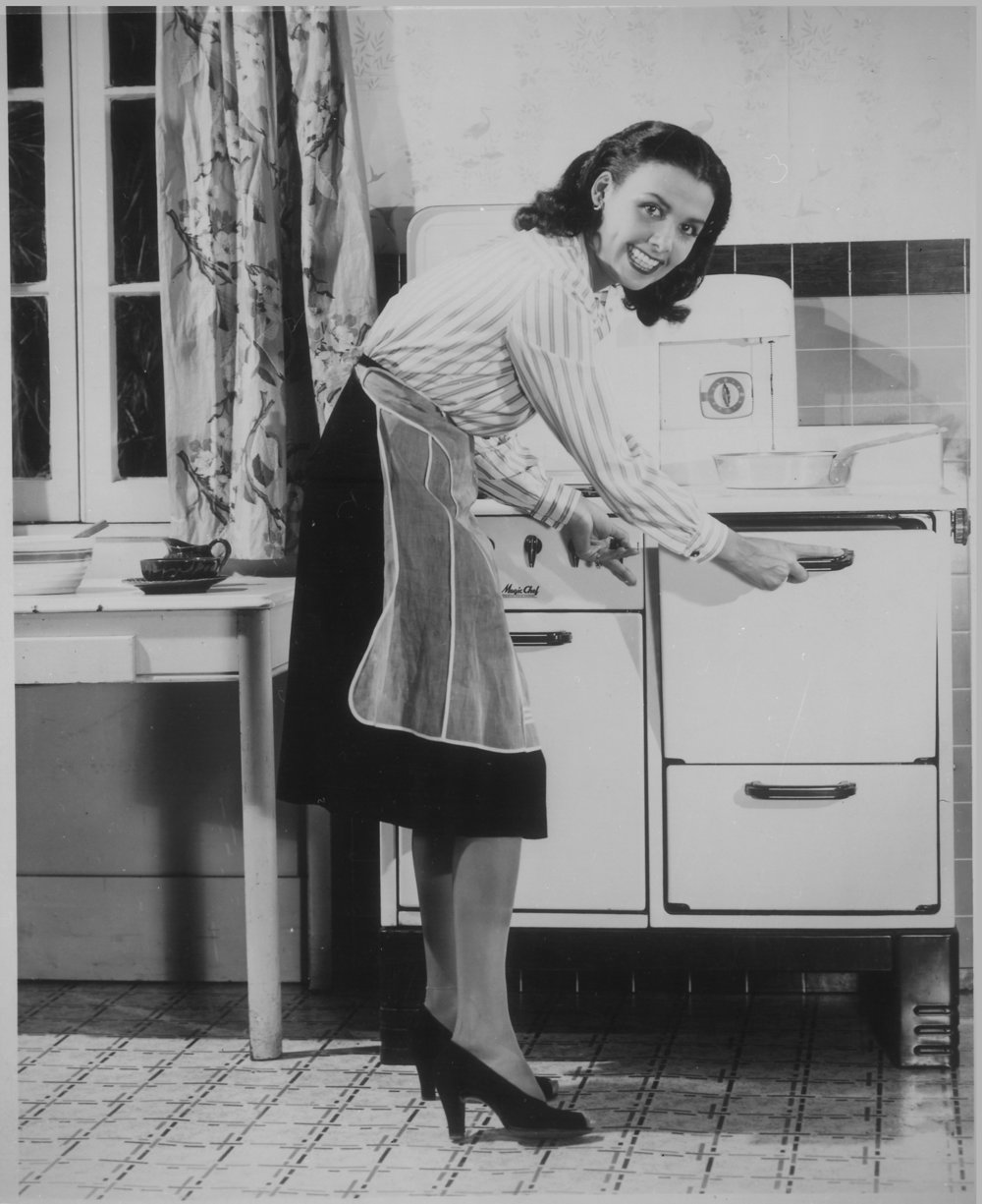 _Lena_Horne_conserves_fuel_(gas)._,_ca._1941_-_ca._1945_-_NARA_-_535820.jpg