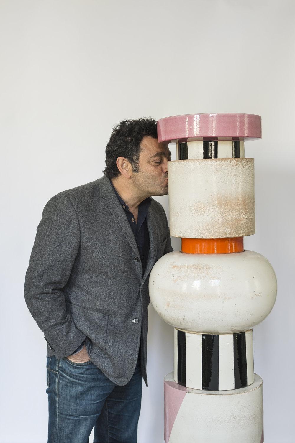 Charles embrassant le Totem Grande Vaso afrodisiaco per conservare pillole antifecondative, designé par Ettore Sottsass en 1964 © Jacques Pépion.jpg