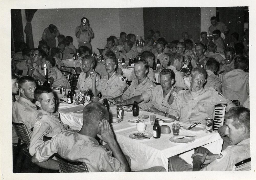 """""""Det var roligt trots allt"""". Kompaniskiva där överste Jonas Waern närvarar. Bataljon XII. Överste Waern var chef för XII och XIV svenska FN-bataljonerna i Kongo 1961-1962. Han var även brigadchef för de svenska, indiska och irländska trupperna i södra Katanga som ingick i FN:s fredsbevarande styrkor i Kongo (ONUC) från juni 1961 till maj 1962."""