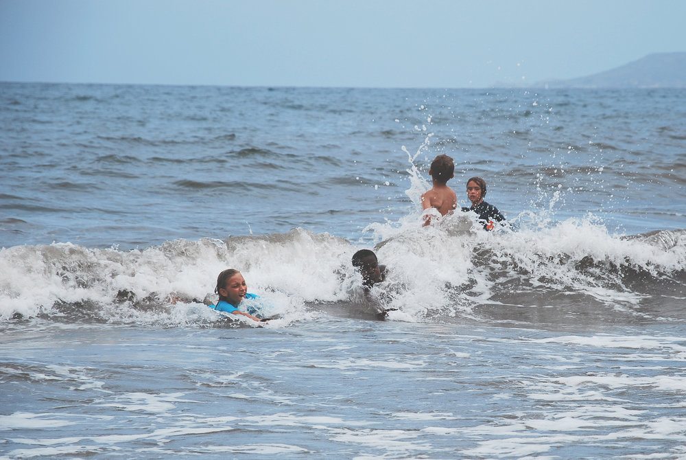 Pas d'âge pour glisser dans les vagues avec son corps