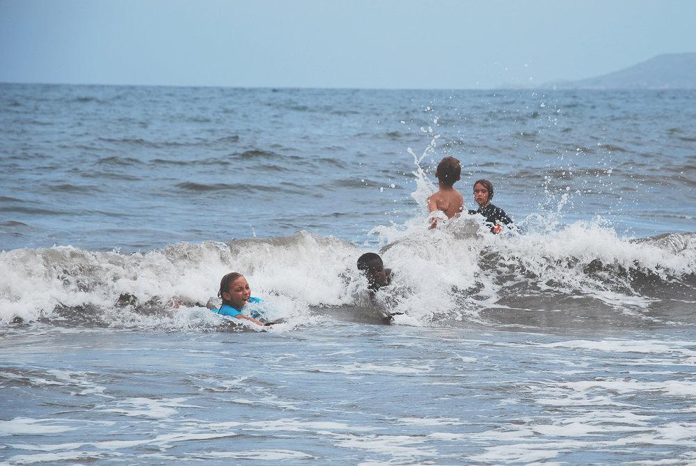 enfants dans les vagues 2.jpg