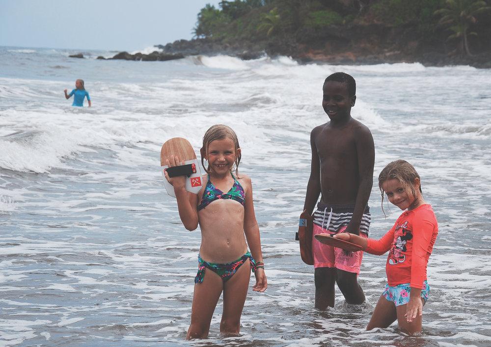 enfants dans les vagues.jpg