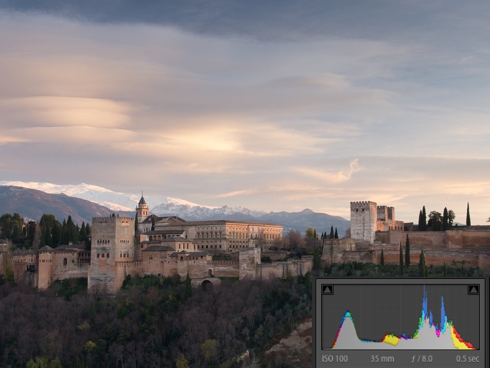 The Alhambra with GND. With a GND on, we recovered a fair amount of details and colours in the sky and we balanced the light of the scene according to the much more even graph of the histogram.