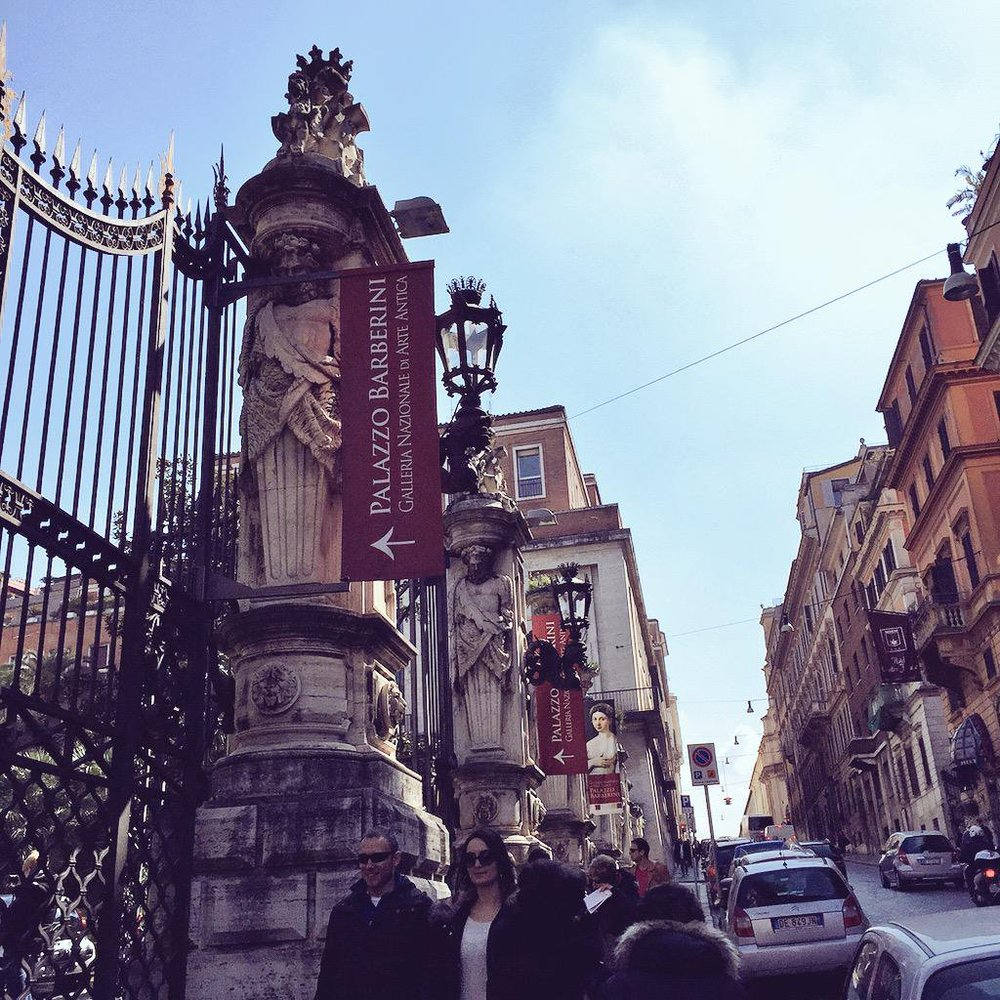 The street gate leading to the Palazzo Barberini in Roma.