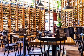 BOUQUET EXPERIENCE, Barcelona - L'objectif de cet espace est de récupérer et de revendiquer la coutume locale du vermouth et des bons petits plats. Vous y trouverez le meilleur du marché :fromages artisanaux de saison,jambon, huîtres, les tapas les plus gourmandes, ... sans oublier le plat du jour,toujours accompagné des meilleurs vins, choisis avec soin.