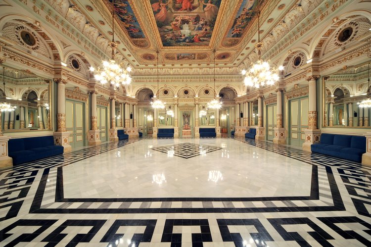 Guided tour of the Liceu, Barcelona - The guided tour will be in English (duration around 1 hour) and includes the entrance hall / vestibule, the concert hall, the Mirror Lounge (Saló dels Miralls) to end at Circulo del Liceu, the private club of members of the theater, founded in 1847, which hosts one of the most impressive collections of modernist works of Catalonia signed Ramón Casas, Modest Urgell, Santiago Rusiñol, Francesc Miralles and Alexander de Riquer, among others. Price per person: 16 €. (Anglais à vérifier)