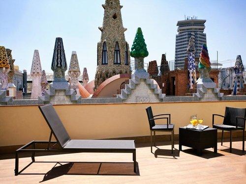 Hôtel Gaudi, Barcelona - L'Hôtel Gaudí vous propose des chambres élégantes, certaines d'entre elles étant décorées dans un style Art nouveau, dont l'architecte Gaudí fut l'un des précurseurs. Vous pourrez admirer, depuis de nombreuses chambres ou de sa magnifique terrasse-solarium, une vue imprenable sur les cheminées du Palais Güell de Gaudí ainsi que d'incroyables vues panoramiques sur toute la ville, Le Port Vell, la colline Montjuïc et le quartier gothique.