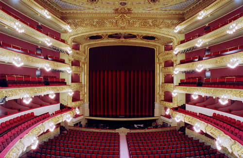 Gran Teatre del Liceu, Barcelone - The « Liceu big theater » (in catalan : Gran Teatre del Liceu), known as « El Liceu » and especially as an opera theater, is Barcelona's older theater, and considered as one of the most prestigious in the world. Located in the neighborhood of La Rambla, it has seen, for more than 150 years, the most prestigious works, performed by the best singers in the world. For decades, it has been the symbol and meeting place of the aristocracy and the Catalan middle class.
