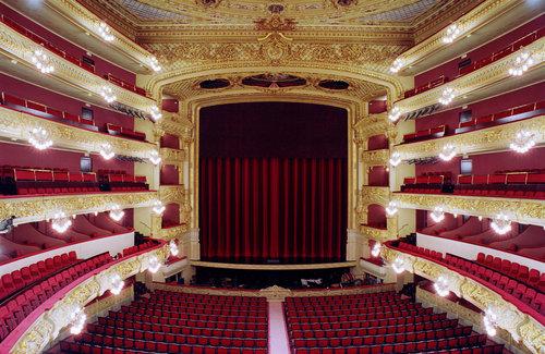 """Gran Teatre del Liceu, Barcelone - Le 'grand théâtre du Lycée' (en catalan : Gran Teatre del Liceu), connu comme """"el Liceu"""", est le théâtre le plus ancien et prestigieux de Barcelone, spécialement comme théâtre d'opéra, considéré comme un des plus prestigieux du monde.Situé sur La Rambla de Barcelone, il a vu représentées, depuis plus de 150 ans, les œuvres les plus prestigieuses, interprétées par les meilleurs chanteurs du monde. Durant des décennies, il a été le symbole et le lieu de rencontre de l'aristocratie et de la bourgeoisie catalane."""