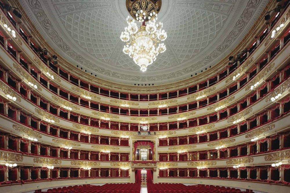 Teatro alla Scala, Milan - Le Teatro alla Scala à Milan est l'un des théâtres d'opéra les plus célèbres au monde.Le théâtre a été construit sur le lieu où se trouvait l'Eglise Santa Maria alla Scala qui donnera son nom au nouveau théâtre de la ville. Il a accueilli de nombreuses premières d'opéras de Verdi ou de Puccini, devenus mythiques dans l'histoire de la musique classique. Enfin le théâtre possède un musée grandiose abritant une immense collection de tableaux, bustes, costumes.