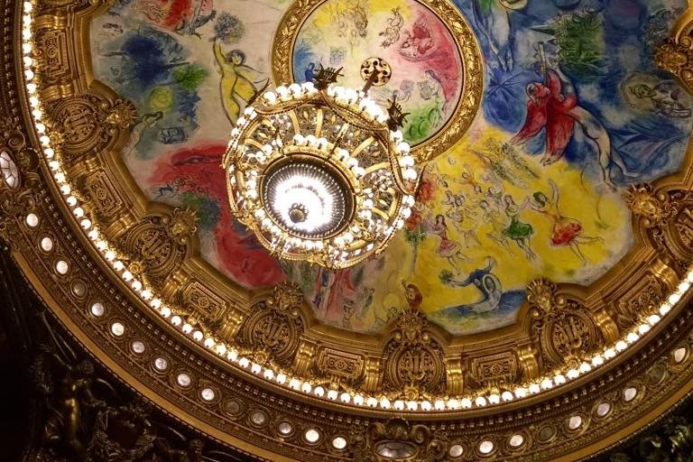 Palais Garnier, Paris - Le Palais Garnier est chef-d'oeuvre d'architecture du XIXe siècle. Sa construction fut décidée par Napoléon III lors des grands travaux de rénovation de la capitale menés à bien par le Baron Haussmann ; le plafond actuel de la salle a été peint plus tard, lors de la rénovation en 1964, par l'artiste Marc Chagall.