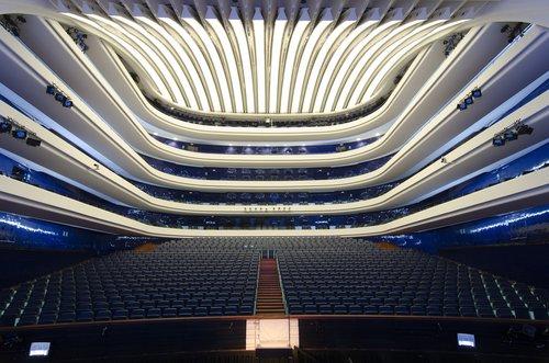 Palau de les Arts, Valencia - Les opéras de la ville de Valencia sont joués dans la salle principale (capacité de 1400 sièges) au Palau de les Arts Reina Sofía.Ce bâtiment àl'architecture futuriste, autant intérieure qu'extérieure, fait partie de la Cité des Arts et des Sciences de Valencia :ensemble architectural et complexe culturel, constitué entre autres de plusieurs musées et d'un oscéanarium (L'Oceanografic), qui a été réalisépar l'architecte valencien Santiago Calatrava Valls.
