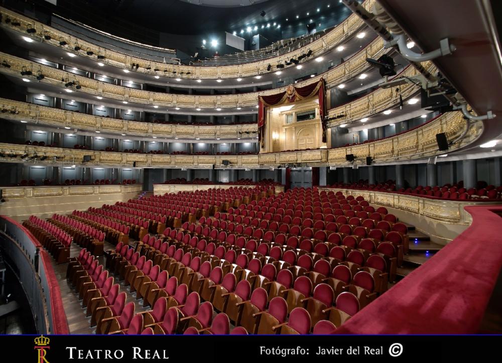 Teatro Real, Madrid - Le Teatro Real (Théâtre Royal) de Madrid est l'une des plus importantes salles d'opéras d'Europe. Sa construction fut ordonnée par la reine Isabelle II, d'où son qualificatif de Real.Les années fastes de l'opéra (marquées notamment par la visite en 1863 de Verdi venu y présenter son dernier opéra 'La forza del destino'), de son inauguration en 1850 jusqu'en 1925, prennent fin lorsque le théâtre doit fermer ses portes à cause de dégâts occasionnés au bâtiment par le percement du métro de Madrid. Depuis 1997, le Teatro Real a retrouvé son lustre d'antan et la réputation d'excellence qui était la sienne au XIXe siècle. L'orchestre dans la fosse est l'Orchestre symphonique de Madrid.