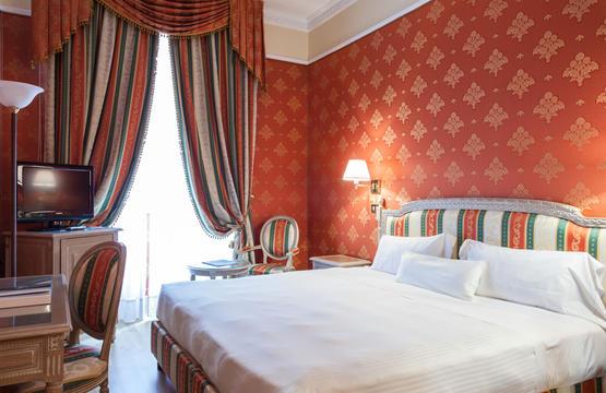 Hôtel Sina De La Ville, Milano - Situé au coeur de Milan, dans le fameux 'triange de la mode' entre la cathédrale, alla Scala et la Via Montenapoleone. Les chambres raffinées disposent d'un accès Wi-Fi gratuit, d'une télévision à écran plat, d'un minibar et d'une salle de bain en marbre. Un service de chambre est proposé. Le toit-terrasse offre une vue sur la cathédrale et est doté d'une piscine intérieure/extérieure. Une salle de sport et un sauna sont également proposés.