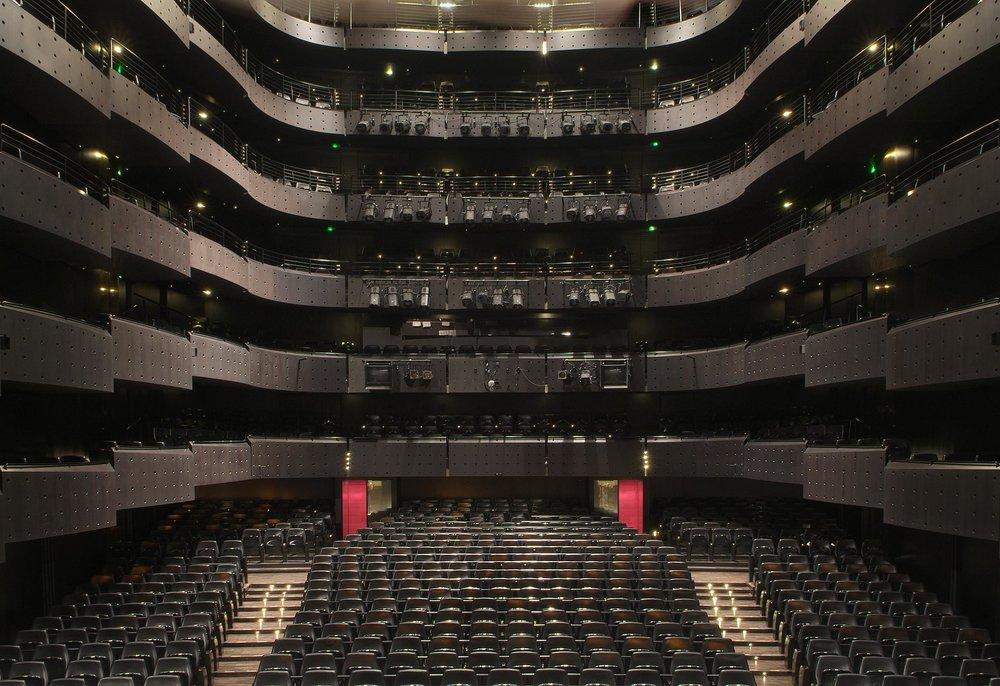 Opéra National, Lyon - L'Opéra National de Lyon est une association loi de 1901 ayant pour objet « de promouvoir l'art lyrique et la danse à Lyon et dans la région Rhône-Alpes ». Il détient depuis 1996 le statut d'opéra national en région. Il dispose pour cela d'un bâtiment comportant une grande salle de 1100 places et un amphithéâtre de 200 places.