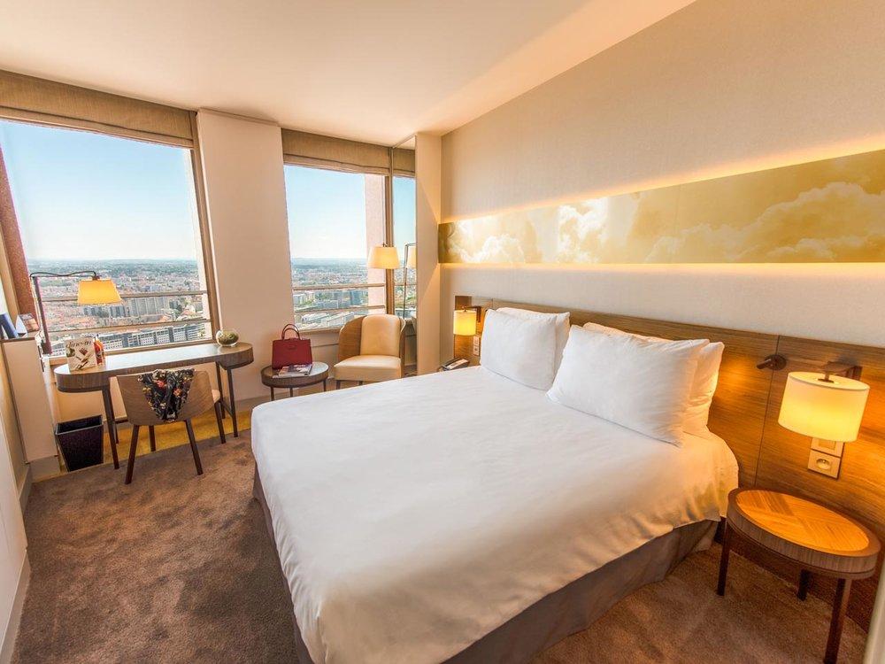 Radisson Blu Hotel, Lyon - Situé à proximité du quartier commercial et des affaires, le Radisson Blu Hôtel de Lyon s'élève sur les dix derniers étages de la célèbre tour Part-Dieu. Récemment rénové, l'hôtel vous accueille dans ses chambres modernes et design qui offrent toutes (Standard, Business ou Supérieur), une superbe vue panoramique sur Lyon et des équipements haut-de-gamme. Vous apprécierez un cocktail ou un dîner au Celest Bar et Restaurant, en profitant, une nouvelle fois, de la vue époustouflante offerte par l'hôtel le plus haut d'Europe.