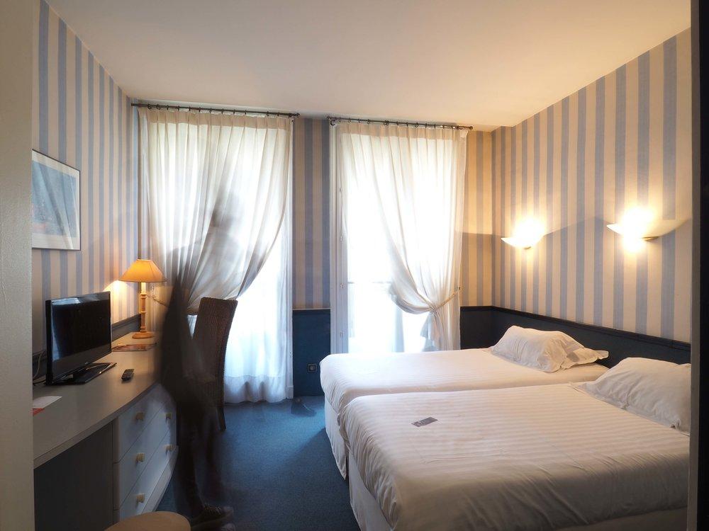 Globe et Cécil, Lyon - L'hôtel Globe et Cécil est un 4* bénéficiant d'une localisation exceptionnelle entre l'Hôtel de Ville et le quartier d'Ainay. Etant l'un des plus anciens hôtels de Lyon, il propose près de 60 chambres, toutes différentes : vous aimez les styles plutôt moderne ? Traditionnel ? Urbain ? L'hôtel fera tout son possible pour trouver la chambre qui vous convient.